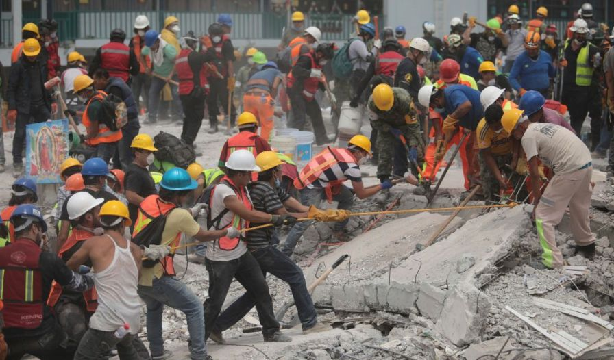 MEXICO CITY, MEXICO - SEPTEMBER 21: Rescuers and volunteers work in a textile factory that collapsed two days after the magnitude 7.1 earthquake jolted central Mexico killing more than 250 hundred people, damaging buildings, knocking out power and causing alarm throughout the capital on September 21, 2017 in Mexico City, Mexico. The earthquake comes 32 years after a magnitude-8.0 earthquake hit on September 19, 1985. (Photo by Hector Vivas/Getty Images)